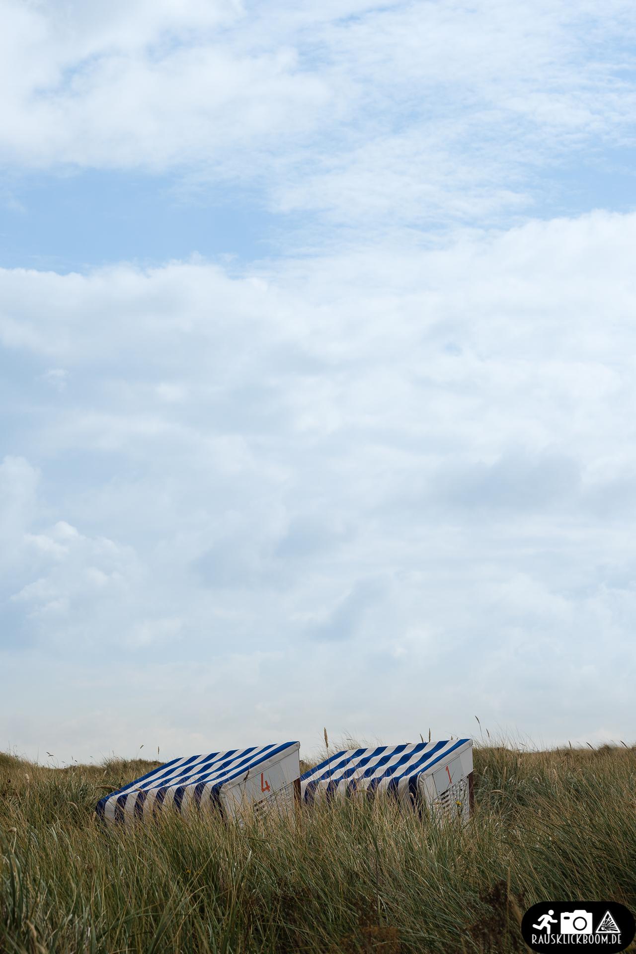 Himmel über Norderney mit Strandkörben in den Dünen
